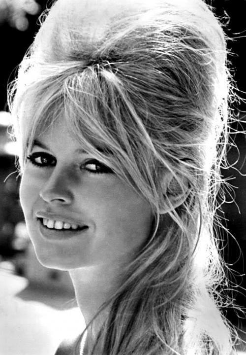 3-brigitte-bardot-son-blond-son-volume-inimitable-et-ses-mèches-qui-s-envolent-en-1962-dans-le-film-vie-privée-dr